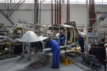 Un tehnician presteaza lucrari de mentenanta unui elicopter, in fabrica de elicoptere Airbus Helicopters Romania, in timpul unei vizite pentru presa, in Ghimbav Brasov, joi, 27 aprilie 2017. Airbus Helicopters Romania (AHRO) a semnat un contract cu Finlanda prin care vor aduce la fabrica din Brasov elicoptere Super Puma pentru a fi modernizate si transformate in H215, cea mai noua versiune a Puma, productta modelului H215 fiind amanata pentru 2019. ANDREEA ALEXANDRU / MEDIAFAX FOTO